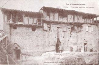 Anciennes murailles de Thil en terre massive